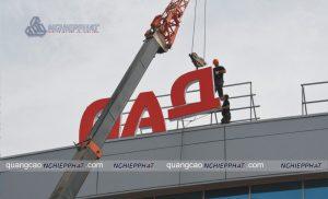 lắp đặt biển quảng cáo trên cao bằng xe cẩu cho độ an toàn cao