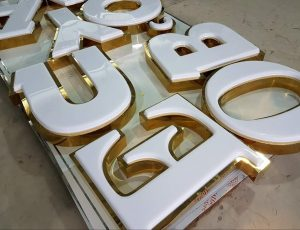 chữ nổi cao cấp với mặt mica hút nổi kết hợp với viền inox gương vàng