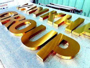 chữ nổi đồng cỡ lớn thể hiện sự khác biệt, nét phá cách riêng