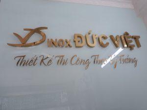 logo backdrop chữ inox gương vàng hiện đại