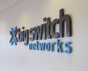 logo văn phòng gắn trực tiếp lên tường tạo được nét riêng biệt
