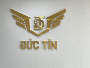 logo backdrop đơn giản với chân fomex mặt alu gương vàng