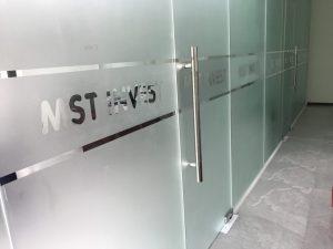 decal kính mờ được cắt sọc kết hợp với tên công ty tạo điểm nhấn riêng