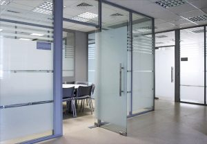 Sử dụng decal dán kính mờ kết hợp với đườn kẻ sọc trang trí cho văn phòng là kiểu dán thông dụng nhất và cũng tiết kiệm chi phí nhất