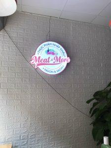 logo treo tường bên trong cửa hàng làm tăng hiệu quả quảng cáo