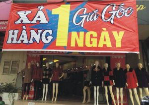in băng zôn giảm giá cửa hàng shop quần áo