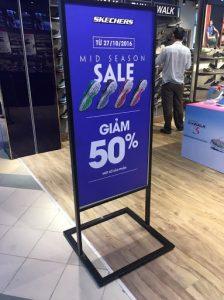 standy giảm giá sản phẩm tại các cửa hàng, shop thời trang