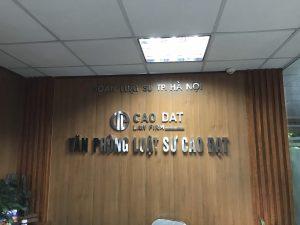 logo backdrop văn phòng chữ nổi Inox